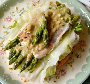fresella agli asparagi e pesto alle noci