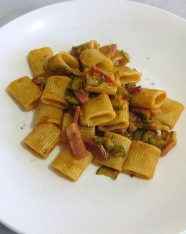 RICETTA: Calamarata con zucchine e speck, olive e pomodoro